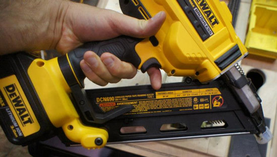 dewalt 20v brushless framing nailer dcn690 grip