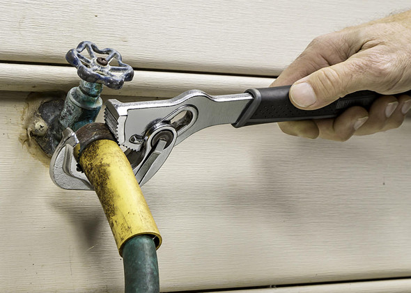 craftsman-extreme-grip-breaker-wrench-in-action