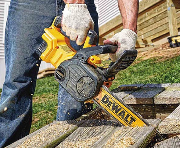 Dewalt 20v max brushless chainsaw the chain can be tensioned without tools using the bar locking and chain tensioning knobs on the right side of the saw greentooth