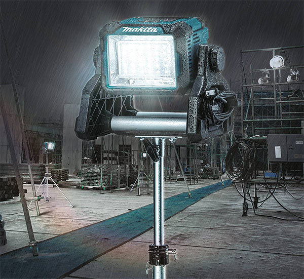 Makita DML811 LED Worklight on Tripod Outdoors